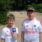 zwei junge Fans